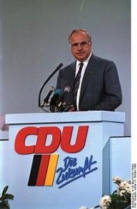 220px-Bundesarchiv_B_145_Bild-F073617-0004,_Mainz,_CDU-Bundesparteitag,_Kohl