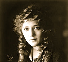 220px-Mary_Pickford_cph.3c17995u