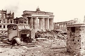280px-Bundesarchiv_B_145_Bild-P054320,_Berlin,_Brandenburger_Tor_und_Pariser_Platz 2