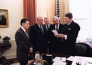 300px-Reagan_meets_with_aides_on_Iran-Contra
