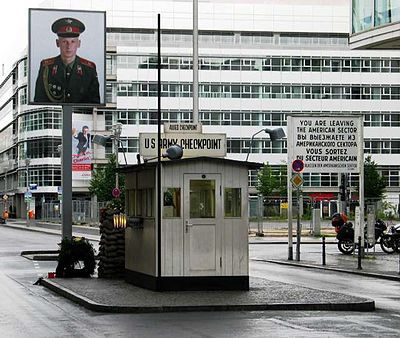 400px-Checkpoint_Charlie_in_Berlin
